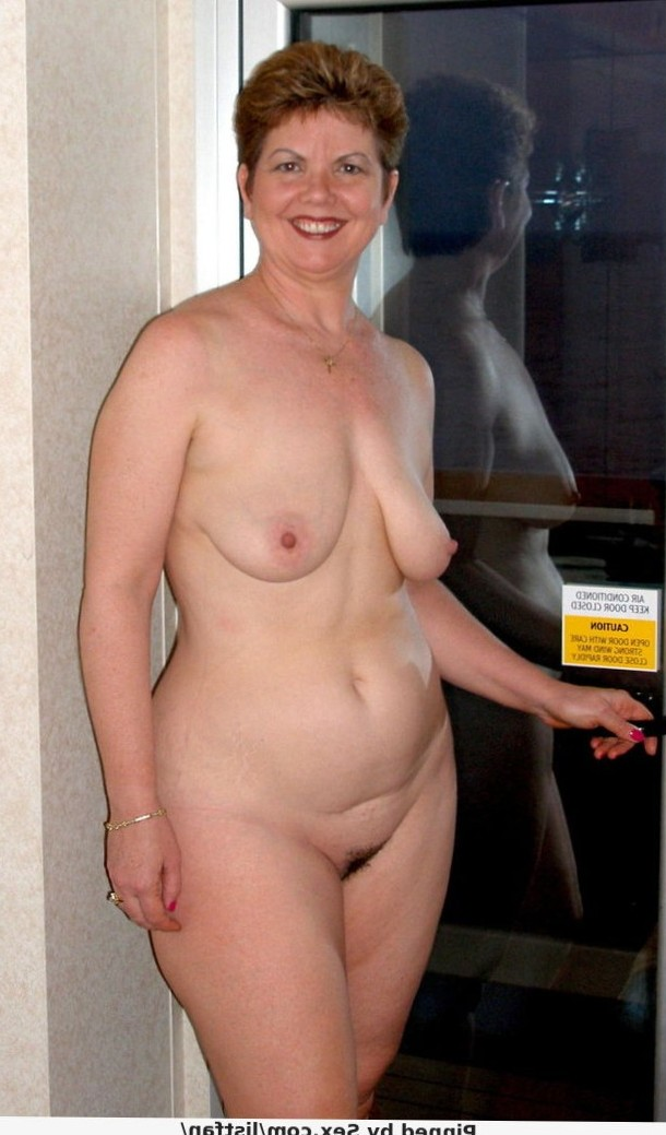 Amateur mature smiling as she shows off her naked body
