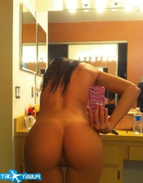 sexy brunette completly nude selfshot with great ass