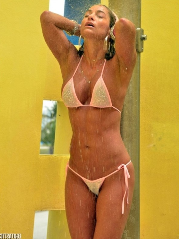 Jennifer Nicole Lee Showers in a Bikini in South Beach | Full Size Photo | 8 | Egotastic!